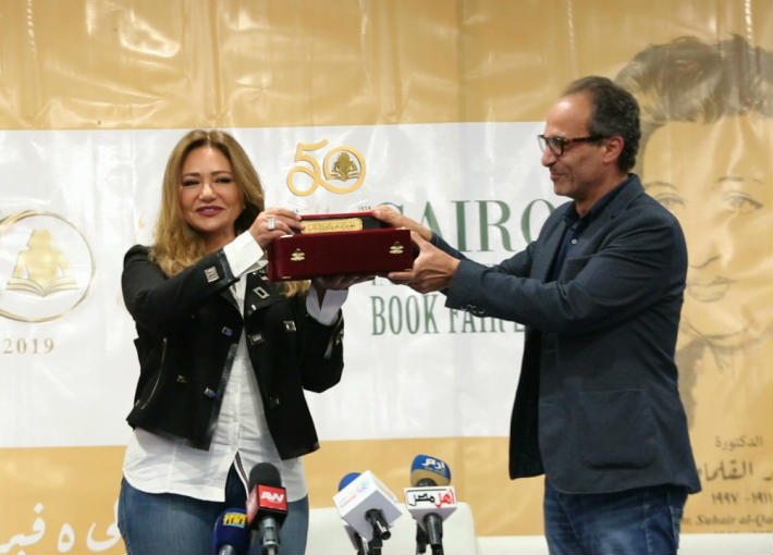 ليلى علوي تتسلم تكريمها في معرض القاهرة الدولي للكتاب