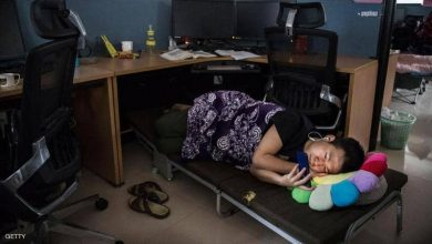 موظف ينام تحت مكتبه في مركز أبحاث هواوي