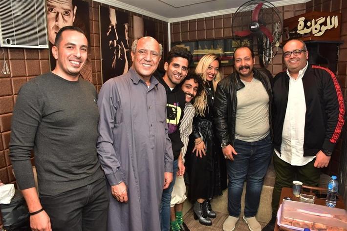 محمد ثروت وزوجته مع أشرف عبد الباقي
