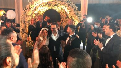 أحمد فهمي مع العروسين