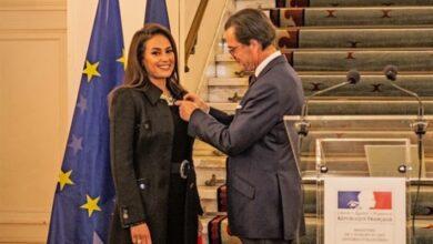 هند صبري تتسلم الوسام من السفير الفرنسي