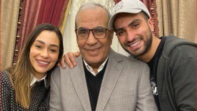 الشرنوبي مع والده وزوجته