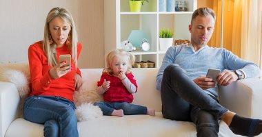دراسة تحذر من غياب التواصل بسبب الهواتف الذكية