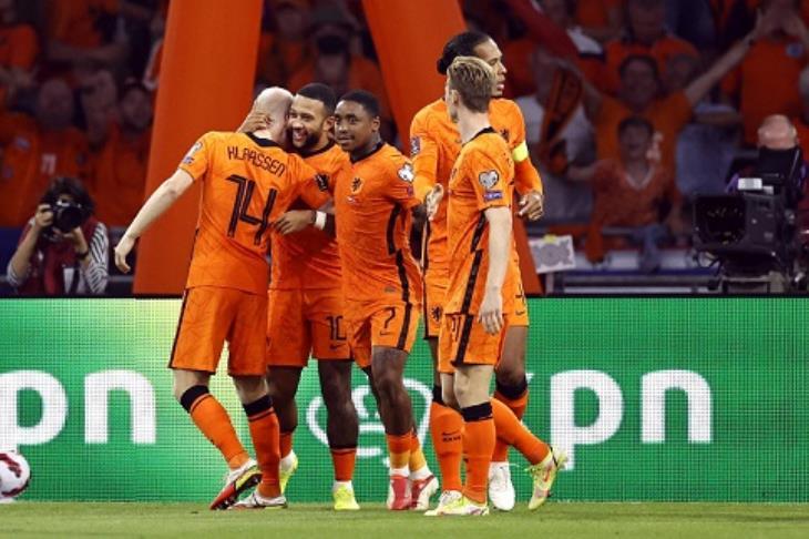 احتفال لاعبو هولندا أمام تركيا
