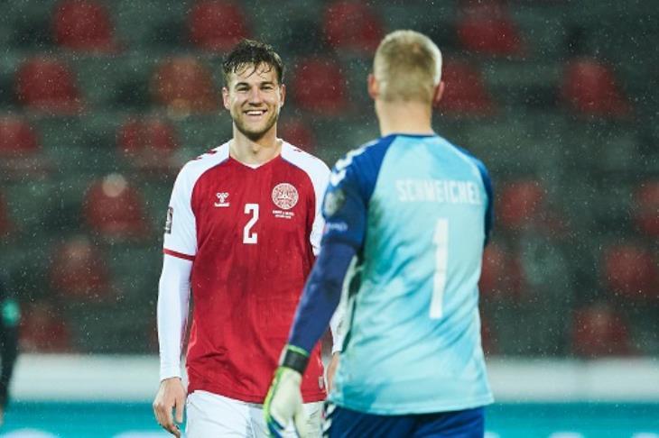 لاعبو الدنمارك خلال المباراة