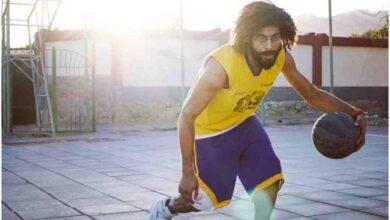 مصري يُعيد إحياء ملعب كرة سلة بمدينة دهب