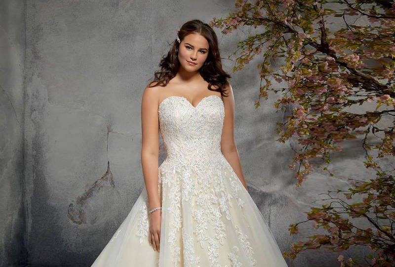 4844209a8b5e7 أجمل فساتين زفاف 2019 للعروس الممتلئة