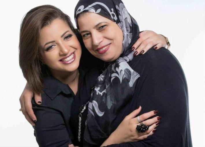 منى فاروق ووالدتها