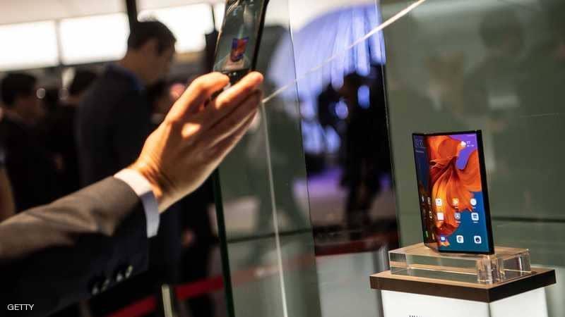 هاتف هواوي القابل للطي ظل داخل صندوقا زجاجيا في معرض برشلونة