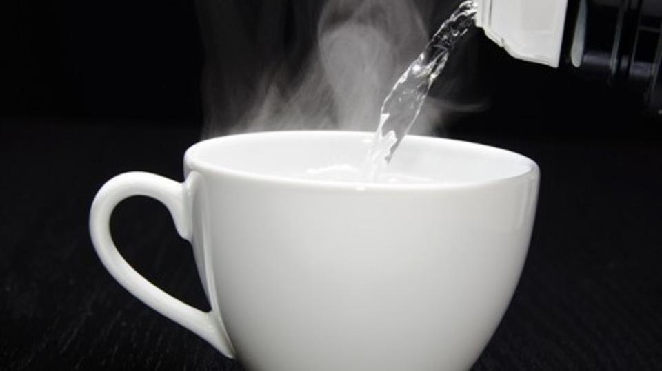 6 فوائد صحية مذهلة لشرب كوب ماء دافئ صباحاً