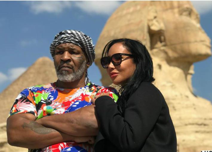 تايسون وزوجته بجوار أبو الهول